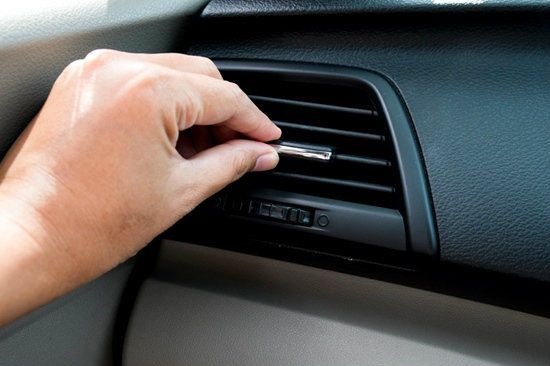 4 เคล็ดลับเพื่อกำจัดกลิ่นบุหรี่ออกจากรถให้หมดไป