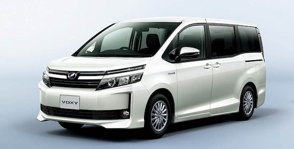 Toyota Voxy สีขาว