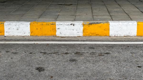 ฟุตบาทแถบสีเหลืองสลับขาว คือ หยุดรถได้ แต่แค่ระยะเวลาสั้นๆ เท่านั้น