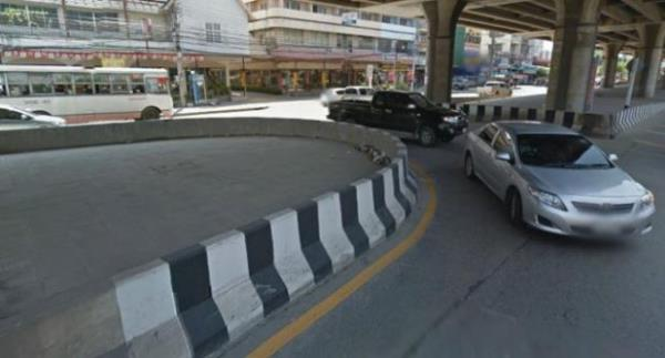 ฟุตบาทแถบสีขาวดำ ยังเป็นสีให้ผู้ใช้รถเห็นขอบฟุตบาทได้ชัดเจนมากขึ้น