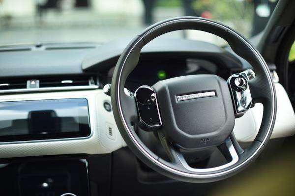 พวงมาลัยมัลติฟังก์ชั่นของ Range Rover Velar 2017