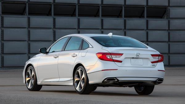 มุมมองด้านหลังของ Honda Accord 2018