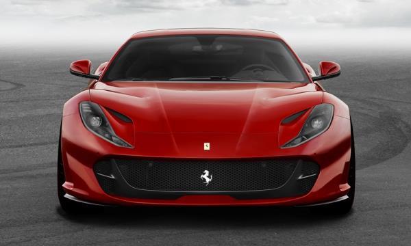 มุมมองด้านหน้าของ Ferrari 812 Superfast ใหม่