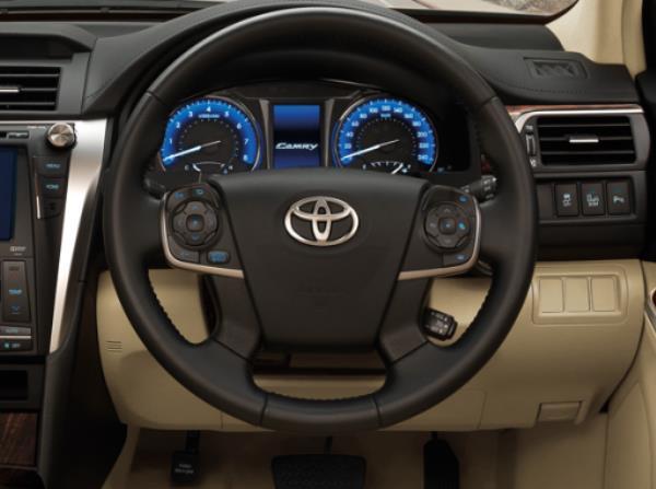 มาพร้อมกับปุ่มควบคุมฟังก์ชั่นต่างๆ ทั้งเครื่องเสียง จอแสดงผลข้อมูลการขับขี่ เชื่อมต่อ Hand-Free