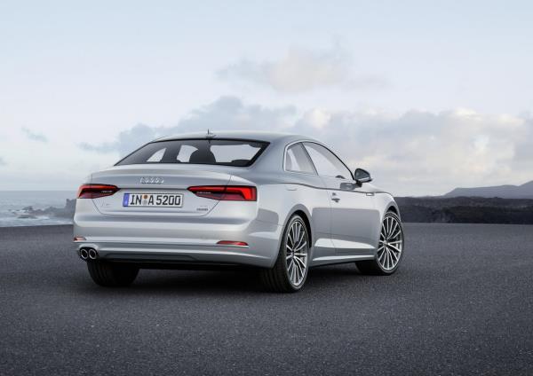 มุมมองด้านหลังของ Audi A5 Coupe 2017