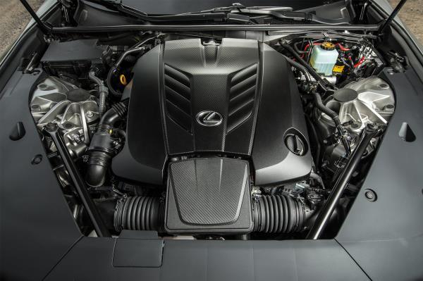 พละกำลัง 2 รุ่น กับ LC 500 ที่มาพร้อมกับเครื่องยนต์ V8 ขนาด 5.0 ลิตร มอบพละกำลังถึง 471 แรงม้า แรงบิด 540 นิวตันเมตร