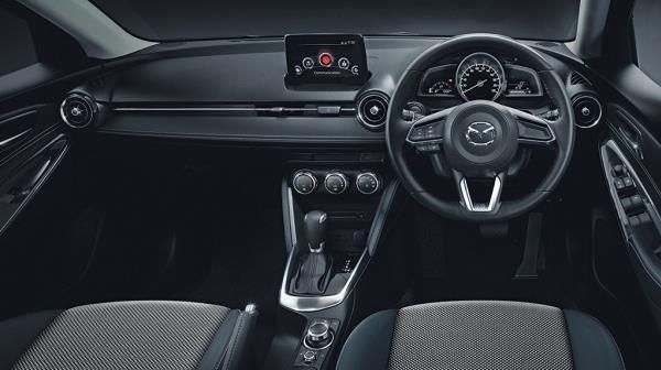 ภายในห้องโดยสารของ Mazda 2 ไมเนอร์เชนจ์ ปี 2017