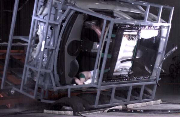 Hyundai airbag system for panoramic sunroof ในการทดสอบกับดัมมี่
