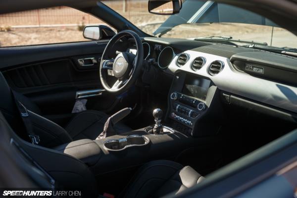 """ภายในห้องโดยสาร ของ  Ford Mustang RTR 2018  ดีไซน์สไตล์ """"RTR Design Package"""""""