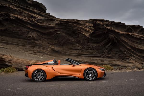 ภายนอกหรูมีระดับของ BMW i8 Roadster  กับประตูแบบปีกนก
