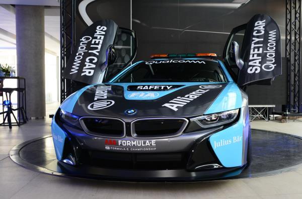 รูปโฉมของ BMW i8 ในแบบฉบับ Safety Car