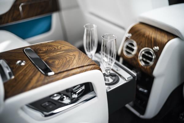 ภายในห้องโดยสารด้านหลัง Rolls-Royce Cullinan 2018