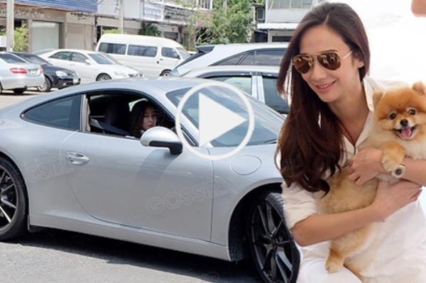 อั้ม-พัชราภา ไชยเชื้อ  ดาวค้างฟ้าซุปเปอร์สตาร์เมืองไทย เจ้าของ Porsche Panamera