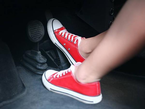 """ควรหรือไม่ควร ?! ระหว่าง """"ถอดรองเท้า"""" กับ """"ใส่รองเท้าขับรถ"""" แบบไหนดีกว่ากัน ?"""