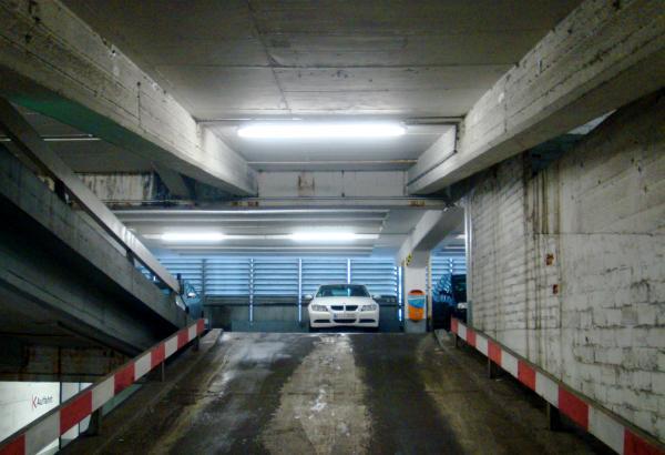 เปิดไฟหน้ารถในที่จอดรถในอาคารช่วยเพิ่มทัศนวิสัยการมองเห็นทั้งต่อเราเองและผู้อื่น