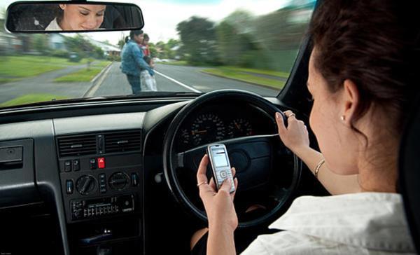 พฤติกรรมแต่งหน้าหรือเล่นโทรศัพท์มือถือในรถ โดยเฉพาะผู้หญิง ที่ต้องระวัง