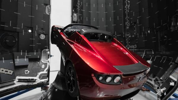 รถยนต์ Tesla Roadster ที่อยู่ในส่วนบนสุดของจรวด