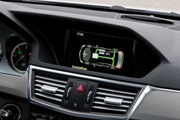 หน้าจอของรถยนต์เมอร์ซิเดสเบนซ์ E 300 BlueTEC HYBRIDแสดงการใช้การไหลของพลังงานในการขับเคลื่อน