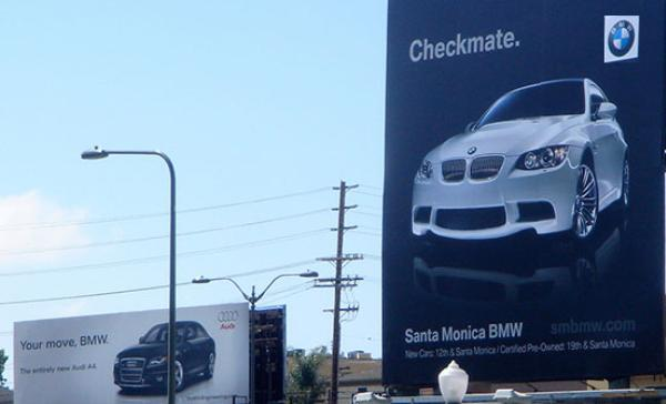 การต่อสู้กันด้วยแผ่นป้ายโฆษณาแบบ Out Of Home ของสองค่าย Audi และ BMW