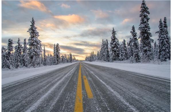 ถนนที่พอจะมองเห็นเส้นถนนได้แม้มีหิมะตก