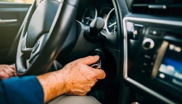 ถ้ารถมีเริ่มมีอาการที่แสดงว่าไฟในรถไม่เพียงพอ ควรเปลี่ยนแบตเตอรี่ทันที