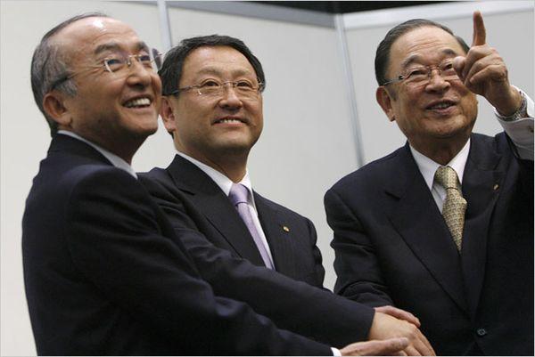 Toyota ถึงกับต้องเปลี่ยนประธานบริษัทคนใหม่เป็นนาย Akio Toyoda (คนกลาง) และบริหารงานจนถึงปัจจุบัน ส่วนนาย Katsuaki Watanabe(ซ้าย)ลงจากตำแหน่ง