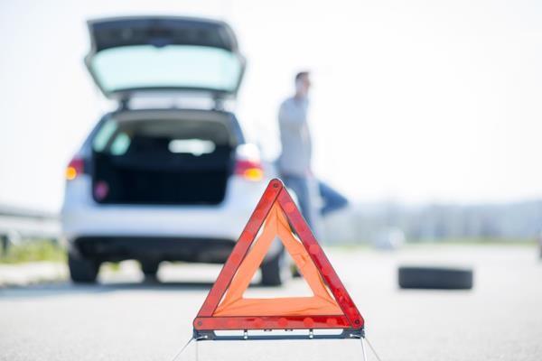 อุปกรณ์ฉุกเฉินป้ายสามเหลี่ยมควรติดตั้งไว้ด้านหลังของรถห่างจากตัวรถประมาณ 30 เมตร