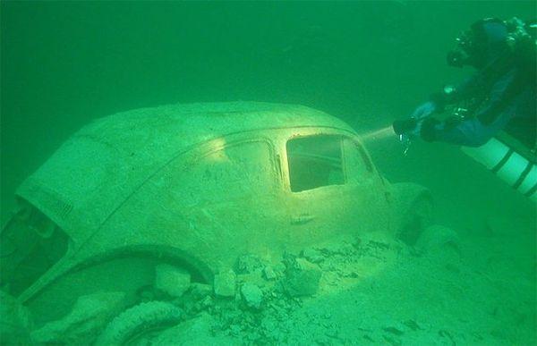 รถที่อาจมาจากคดีที่ยังไขไม่ได้และเป็นความลับจมอยู่ใต้ท้องทะเล