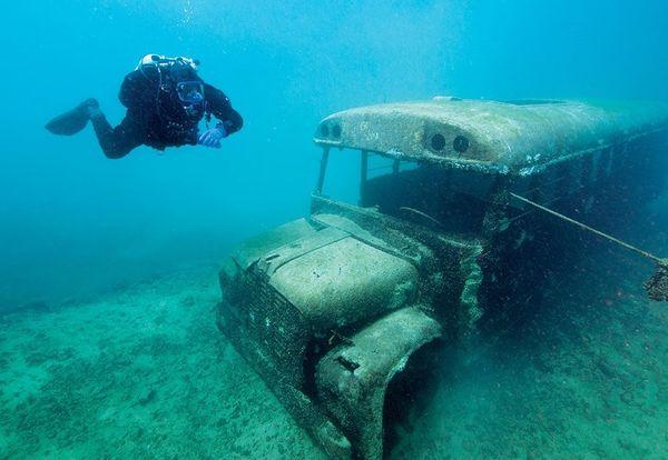 รถโรงเรียนที่จมอยู่ใต้ท้องทะเล