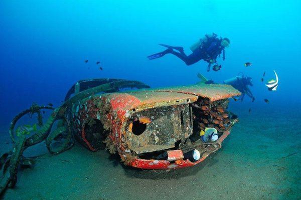 สภาพรถยนต์ที่เยินแต่สียังสดใสใต้ทะเล