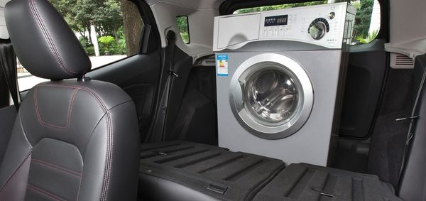 ด้านหลังยังกว้างพอจะขนเครื่องซักผ้าได้อีก