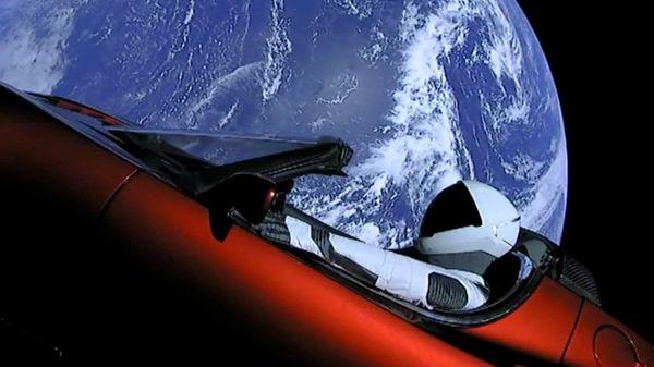 Tesla โชว์ศักยภาพโดยถึงกับส่งรถยนต์ของตัวเองไปสำรวจอวกาศกันแล้ว