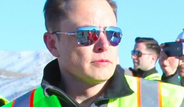 Elon Musk ผู้สร้าง Gigafactory ในขณะเยี่ยมชมการก่อสร้าง