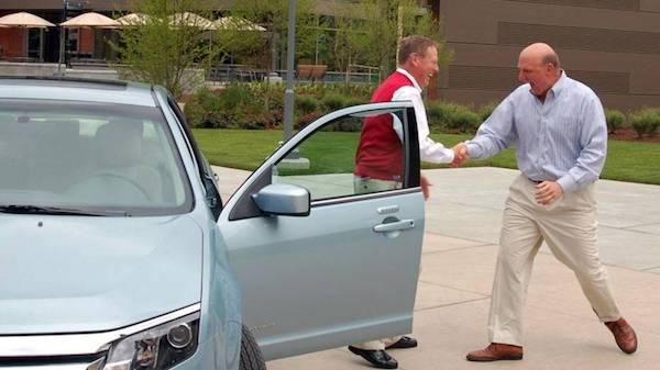 ภาพของ Ballmer (คนขวา) รับมอบรถจากประธาน Ford (ตอนนั้น) Alan Mulally