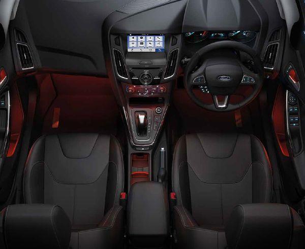 ภายใน Ford Focus ที่เน้นโทนสีดำไสตล์สปอร์ต