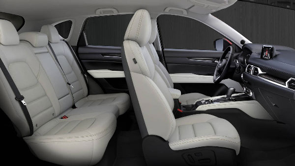 ภายใน Mazda New CX5 มีความกว้างและพื้นที่น้อกว่า CR-V แต่ก็ไม่ได้แคบเกินไปแต่อย่างใด