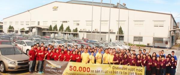 จากโรงงาน Chevrolet (บน) GM ขายโรงงานในเวียดนามต่อให้ VinFast (ล่าง)