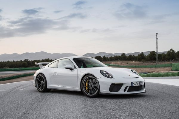 Porsche 911 สีขาวแม้จะสวยขนาดไหนก็ไม่เหมาะกับคนธาตุไม้