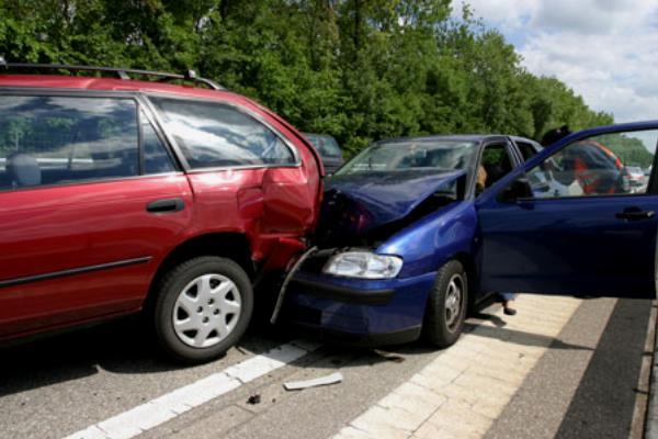 อุบัติเหตุขับรถยนต์ไปชนคันหน้า