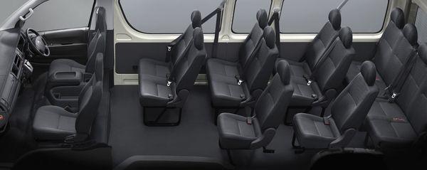 ภายในของรถตู้ Toyota Commuter ที่ทางออกหลักของผู้โดยสารคือประตูด้านข้าง
