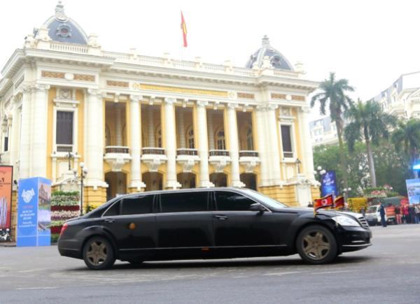 ผู้นำแดนโสมแดงเดินทางมาเวียดนามโดยการนั่งรถไฟ  จากนั้นนั่งรถยนต์เดินทางต่อ 170 กิโลเมตรสู่โรงแรมที่พัก ณ กรุงฮานอย