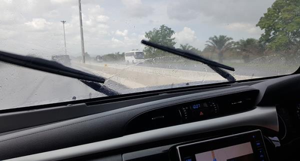 Wiperยางปัดน้ำฝนเมื่อโดนแดดแรง ๆ บ่อย ๆ อาจทำใหยางเสื่อมได้