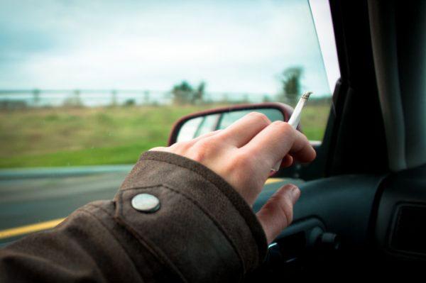 เป็นข้อดีของคนที่สูบบุหรี่เพราะคิ้วกันสาดสามารถแง้มกระจกออกไปเพื่อไล่ควันบุหรี่ให้ออกไปจากรถ