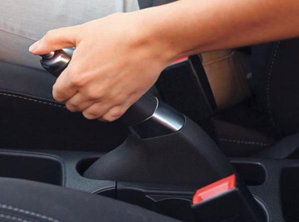 เบรกมือเป็นสิ่งต้องห้ามหากเกิดเหตุการณ์นี้ึขึ้นเพราะอาจจะทำให้รถเราเสียการควบคุมได้