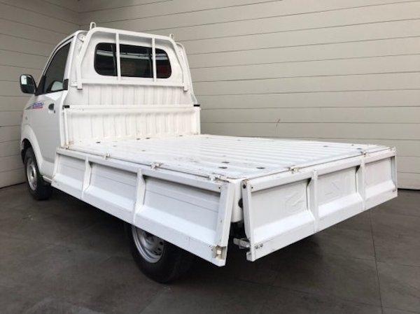 กระบะของ Suzuki Carry เป็นพื้นเรียบและสามารถเปิดได้ทั้ง 4 ฝั่งช่วยให้การบรรทุกของสะดวกยิ่งขึ้น
