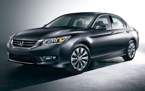 Honda Accord 2013 แบบ 4 ประตู รูปทรงเรียบหรู ดูมีระดับ