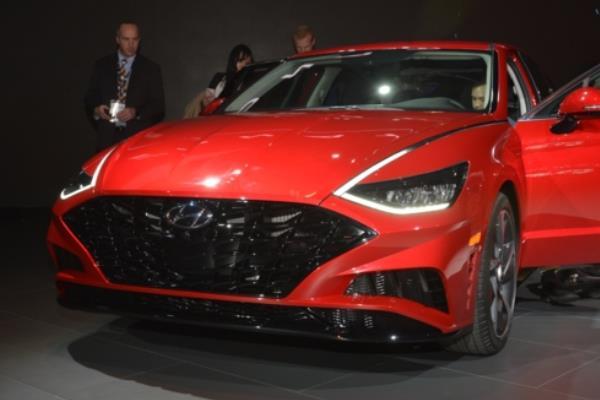 ดีไซน์ภายนอกของ  Hyundai Sonata 2020  โดดเด่นสดุดตาชัดเจนทุกการเคลื่อไหว
