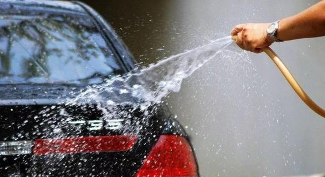 อย่างน้อยใช้น้ำธรรมดาฉีดล้างคราบน้ำฝนออกจากผิวสีรถไว้เบื้องต้นสักหน่อย