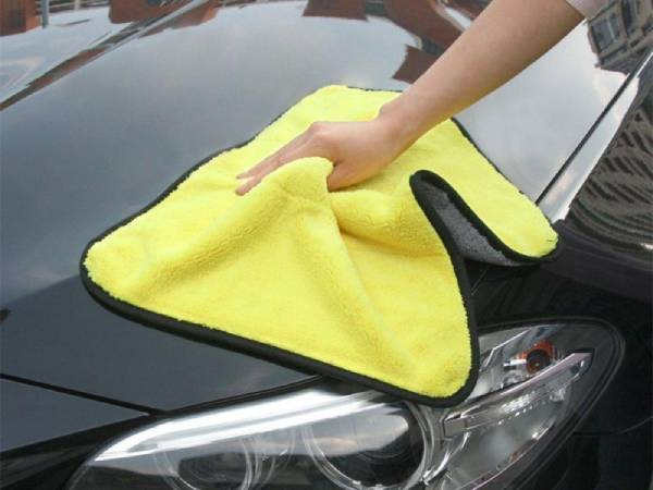ใช้ผ้าไมโครไฟเบอร์หรือผ้าชามัวร์ในการเช็ดทำความสะอาดรถ