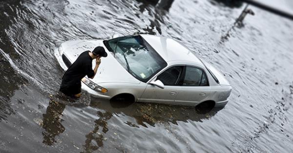 รถดับกลางน้ำทำยังไงดี! มาดูวิธีเอาตัวรอดเมื่อรถดับกลางน้ำท่วม พร้อมแนะนำ 5 ไอเท็มที่ควรมีไว้สำหรับการขับรถหน้าฝน
